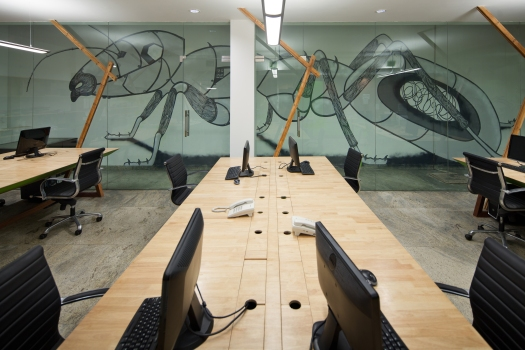 A mural created by artist Anpu Varkey reflects the underground nature of the premises while drawing a parallel with characteristics like collective intelligence and shared work best epitomised by an ant (Anagram Office © andré j fanthome)